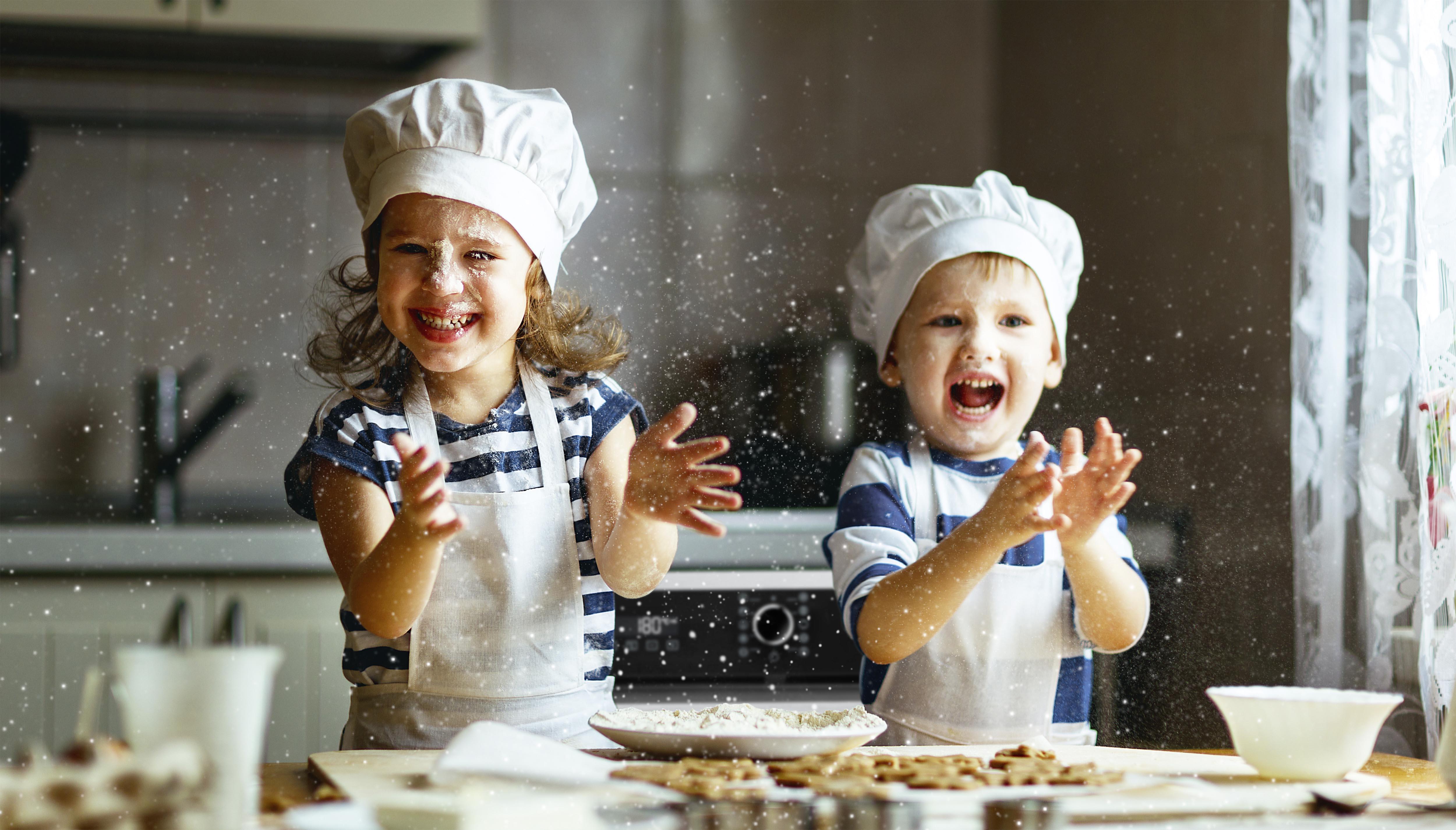kids happy with family-н зурган илэрц